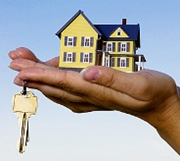 house model and a key in a hand
